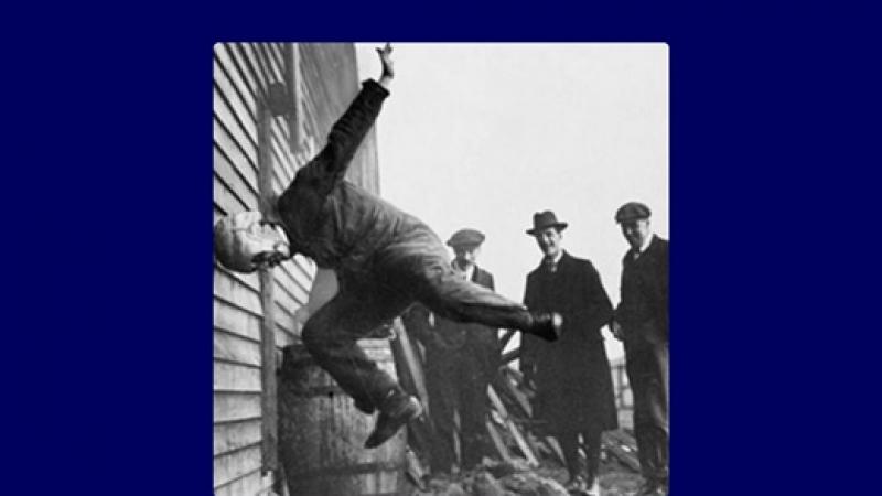 Fantastica fotografie-UNICAT: Testarea unei casti pentru jucatorii unuia dintre cele mai dure sporturi