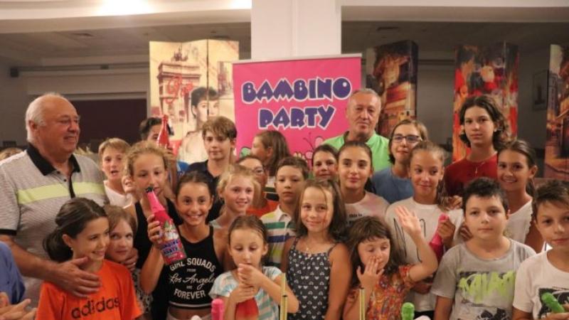 Arbitrul principal Giban Iordache, alaturi de copii la Players Party din cadrul Trofeului Victor Hanescu